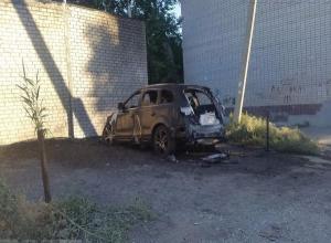 Две элитные иномарки сгорели ночью на севере Волгограда