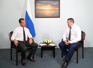 Дмитрий Медведев очень недолго поговорил с Андреем Бочаровым