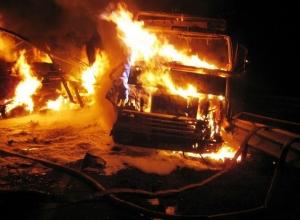 Груженая стеклотарой фура сгорела на трассе под Волгоградом