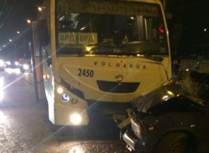 В Волгограде автобус Volgabus смял легковушку на «Старте»