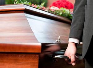 Проходят похороны погибших на катамаране сестер Юлии Сапунковой и Елены Кондратенко