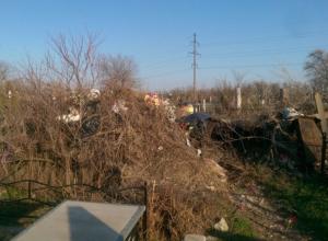 На Моторном кладбище в Волгограде мусор завалил могилы