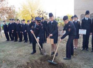 Кадеты и школьники Волгограда высадили деревья в честь сотрудников НКВД и МВД