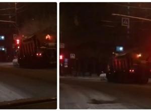 Волгоградец пожаловался на нарушающую ПДД снегоуборочную машину