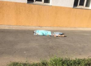 Молодая женщина насмерть разбилась при падении из окна на севере Волгограда