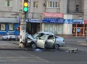 На севере Волгограда уснувший водитель «Лады» въехал в столб