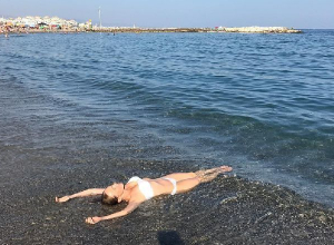 Джанабаева похвасталась по-девичьи подтянутой фигурой на пляже