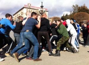 Фанаты «Ротора» и бойцы ММА устроили массовую драку на набережной Волгограда