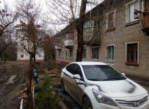 Мстительные волгоградцы изуродовали черной краской припаркованную около дома иномарку