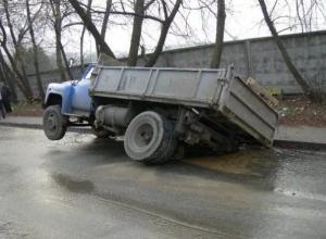 Чиновники напомнили водителям о торчащих на дороге  люках в Волгограде