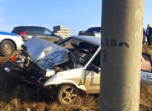 Водитель ВАЗ-21099 серьезно пострадал, врезавшись в столб на трассе под Волгоградом