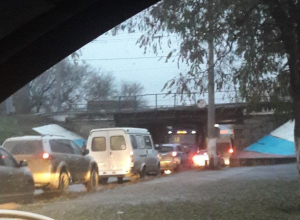Фура застряла под мостом в Волгограде