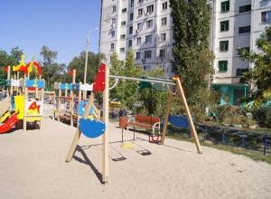 Дворы на юге Волгограда начали закатывать в асфальт
