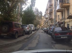 Война водителей и пешеходов: в центре Волгограда все тротуары заняли припаркованные авто