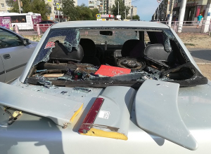 17-летняя волгоградка отобрала у бомжа бадик и разбила припаркованную у магазина Lada