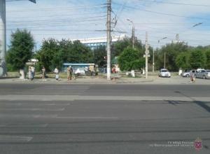 Водитель на Renault протаранил столб в Волгограде: погиб пассажир