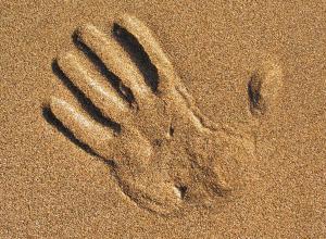 Трехлетнего мальчика насмерть засыпало песком на глазах у сестер в Волгоградской области