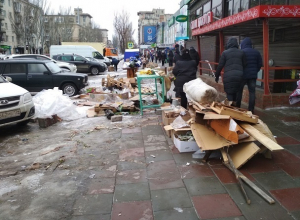 Разгром на рынке после 8 марта сняли на фото волгоградцы