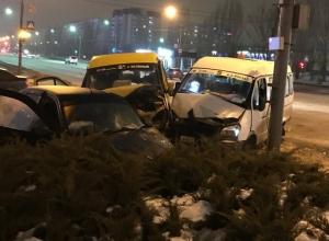 Страшная авария в Волжском: столкнулись две маршрутки и «Лада Калина»