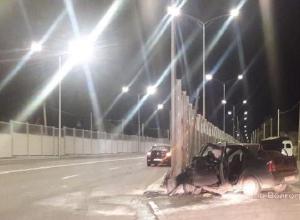 Водитель Renault Logan насмерть разбился о шумозащитный экран дороги на западе Волгограда
