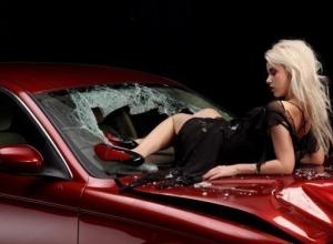 30-летняя жительница Волгограда на глазах у своего ребенка покалечила автомобиль соседки
