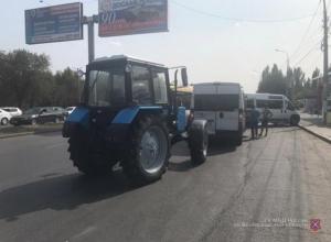 Трактор влетел в маршрутку на волгоградской дороге: пострадал 2-летний ребенок