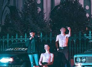 Полуголые парни устроили фотосессию у храма в Волжском, показывая неприличные жесты