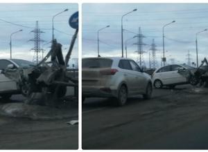 Иномарка влетела в металлическое ограждение на шоссе Авиаторов в Волгограде
