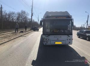 Автобус №55 врезался в припаркованную «семерку» в Волгограде