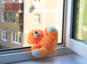 Волгоградцы сообщают о выпавшем из окна маленьком ребенке