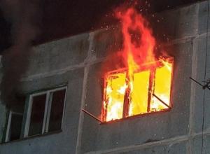 Мужчину и женщину вытащили из горящей четырехэтажки в Волжском