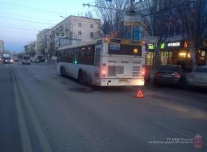 Toyota Rav4 протаранила автобус в Волгограде: пассажир автобуса в больнице