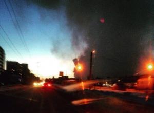 Спасатели пытаются справиться с огнем, охватившим несколько частных домов в Волгограде