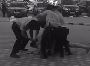 Опубликовано видео разборки троих полицейских с неадекватным мужчиной у ТРК «КомсоМОЛЛ»