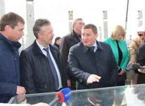 Губернатор Андрей Бочаров высоко оценил строящуюся в микрорайоне «Долина» школу