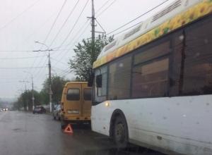 Автобус № 25 «Питеравто» силой вытолкнул маршрутку с дороги на севере Волгограда