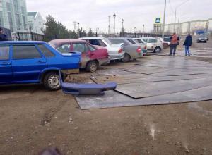 Металлические листы вылетели из груженой фуры и придавили шесть машин в Волгограде