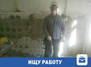 Мужчина в респираторе ищет работу в Волгограде