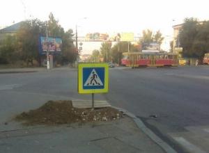 Дорожный знак провалился в яму в центре Волгограда