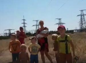 От огня и едкого дыма жители поселка Овражный на западе Волгограда спасались бегством