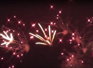 Волгоградцы впервые увидели фейерверк на фоне яркой подсветки моста через Волгу