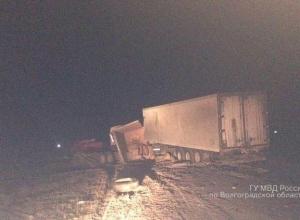 В столкновении двух грузовиков под Волгоградом пострадал 25-летний водитель