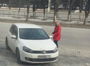 Волгоградцы «поймали» шпионку, которая фотографирует нарушителей парковки