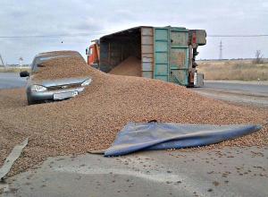 Lada Kalina «похоронило» под высыпавшемся из грузовика керамзитом в Волжском