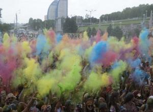 Тысячи волгоградцев разукрасили себя на фестивале красок «Ирис»
