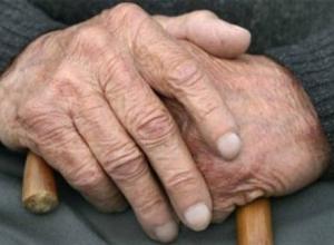 100-летний пенсионер погиб при падении с пятого этажа в Волжском