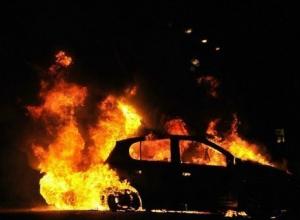 Toyota Camry сгорела ночью в Ворошиловском районе Волгограда