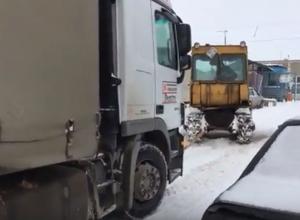 Даже с помощью трактора фура не смогла преодолеть снежную волгоградскую дорогу