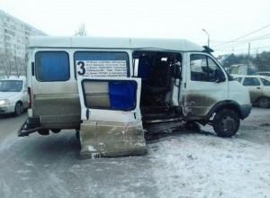 Маршрутке оторвало дверь во время ДТП в Волжском