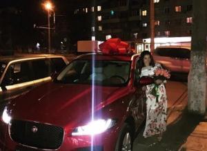 Волгоградская спортсменка  Елена Исинбаева подарила сестре подарок за 3 миллиона рублей